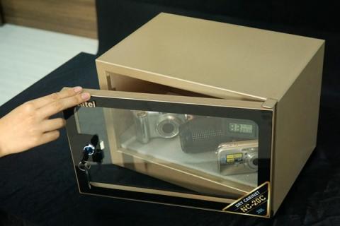 Nên mua tủ chống ẩm hay hộp chống ẩm để bảo quản máy ảnh?